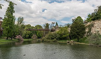 Passerelle suspendue du Parc des Buttes-Chaumont, Paris 19e, South view 20140419.jpg