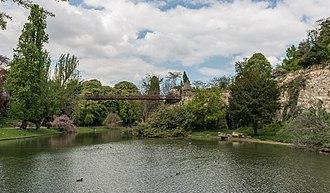 Parc des Buttes Chaumont - Image: Passerelle suspendue du Parc des Buttes Chaumont, Paris 19e, South view 20140419