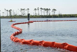 Man kan begränsa ett oljespill i havet genom att lägga ut avlånga s.k. länsar, som hindrar oljan från att sprida sig.