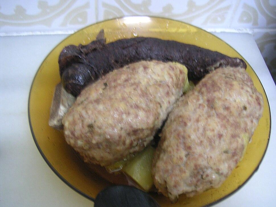 Plat amb dues pilotes d-una escudella i carn d-olla