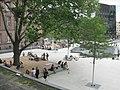 Platz der Alten Synagoge in Freiburg, rechts der Synagogenbrunnen mit der Universitätsbibliothek.jpg