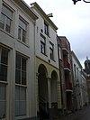 foto van Pand, dat blijkens restanten van ontlastingsbogen op de verdieping en waarschijnlijk uit het begin van de 17e eeuw daterende gevel heeft, die later gewijzigd is in een gepleisterde lijstgevel