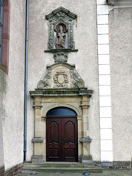 D'Kiercheportal vun der Nikloskierch zu Housen.