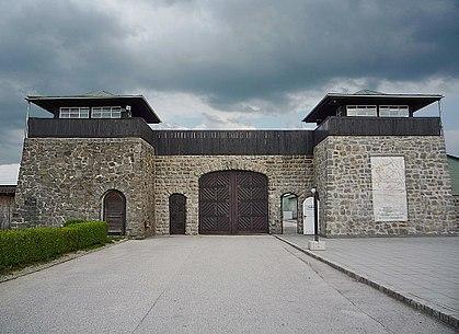 Porte d'entrée (vue de l'extérieur) du camp de concentration de Mauthausen.jpg