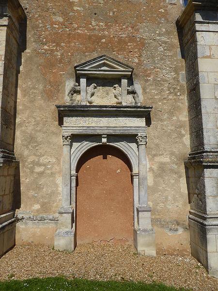 Porte renaissance de l'église de Vichères, en Eure-et-Loir. Cette porte est murée.