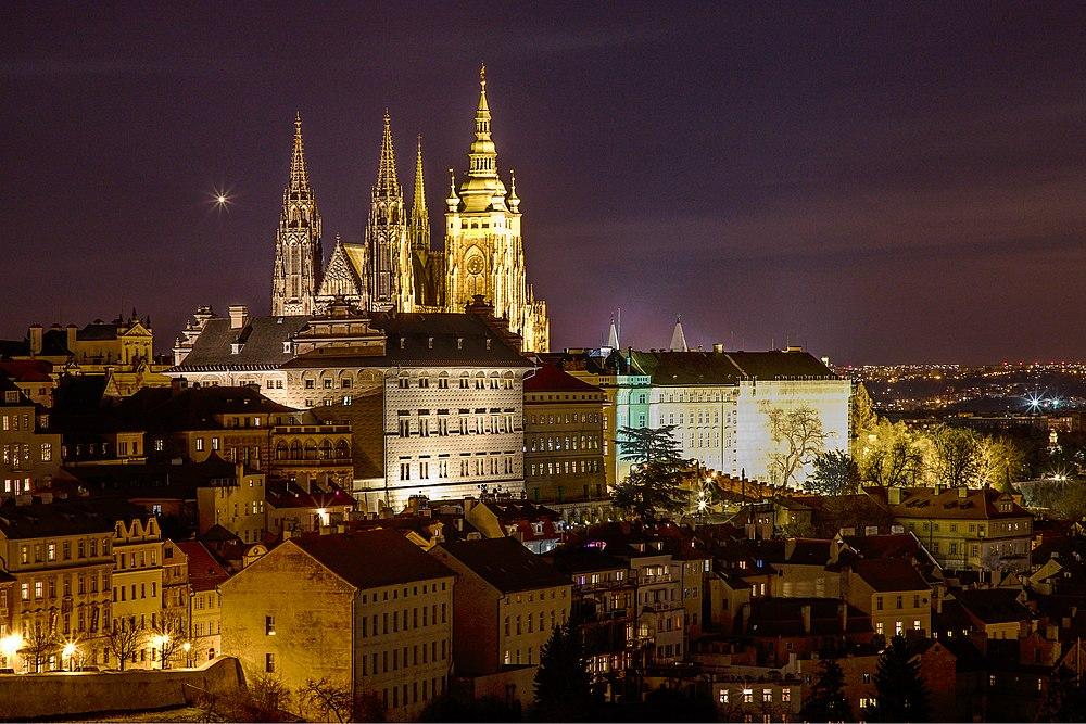 Prague Castle at night 2020.jpg