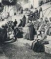 Primoli, Giuseppe - Frauen und Priester in der Sonne auf der Piazza di Siena (Zeno Fotografie).jpg