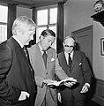 Prins Claus bekijkt het boek, gadegeslagen door Wouter van Dieren (l., lid Club , Bestanddeelnr 929-1290.jpg
