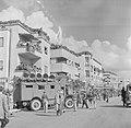 Publiek en een luidsprekerwagen tijdens de militaire parade in Haifa bij gelegen, Bestanddeelnr 255-0993.jpg