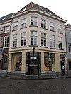 foto van Huis met gebosseerd gepleisterde lijstgevel op de hoek van de lievevrouwestraat