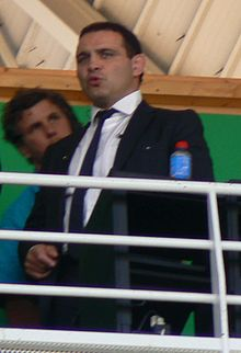 Raphaël Ibañez en costume cravate depuis la tribune suit un match au stade Marcel-Michelin en octobre 2010.
