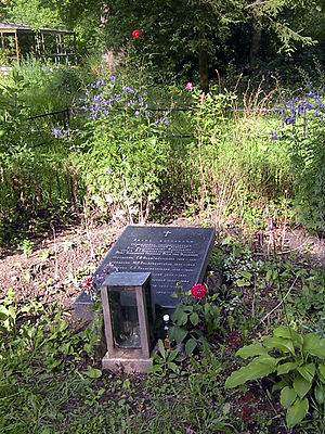 https://upload.wikimedia.org/wikipedia/commons/thumb/1/19/Remnants_of_Dukes_grave.JPG/300px-Remnants_of_Dukes_grave.JPG
