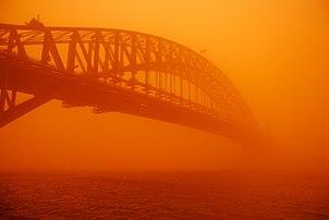 Le Harbour Bridge de Sydney au cours d'une tempête de poussière rouge, en 2009.  (définition réelle 3872×2592)