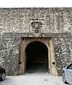 San miniato al monte, ingresso al bastione michelangiolesco, con stemma medici 02.jpg