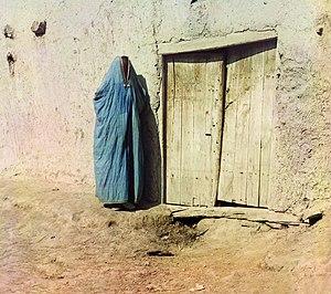 Paranja - Image: Sart woman wearing a paranja, Samarkand