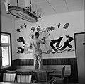 Schilder Lon Hulsbos maakt een wandschildering ter ere van de komst van het koni, Bestanddeelnr 252-4149.jpg