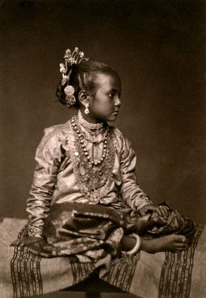 Langa Voni - Tamil girl dressed in ravike and langa, ca. 1907