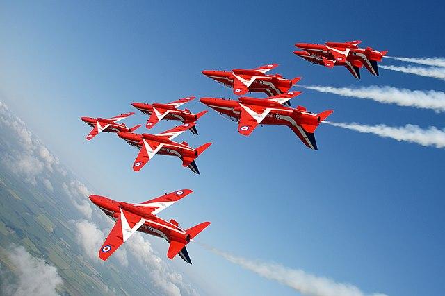 Formationsflug der Red Arrows beim Rückenflug