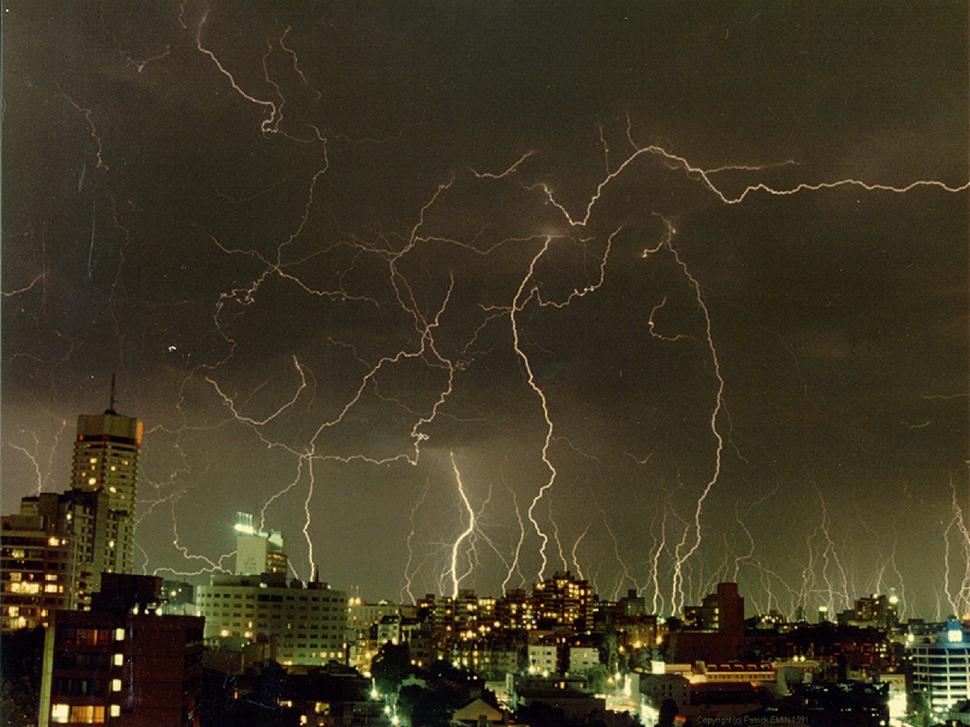 Thunderstorm in sydney 2000x1500