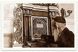 Tiferet Yisrael Synagogue - Preparing for prayer, c.1940