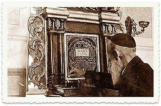Tiferet Yisrael Synagogue - Preparing for prayer, c.1940