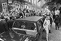 Tijdens het bezoek aan Leiden zwaait president Bush, staand op de treeplank van , Bestanddeelnr 934-4840.jpg