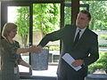 Välisministeeriumi kantsler Alar Streimann loosis Eestit tutvustava viktoriini võitjad. 2. juuni 2011 (5789777479).jpg