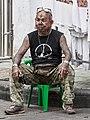 Vendedor en Khao San Road, Bangkok, Tailandia (37622659491).jpg