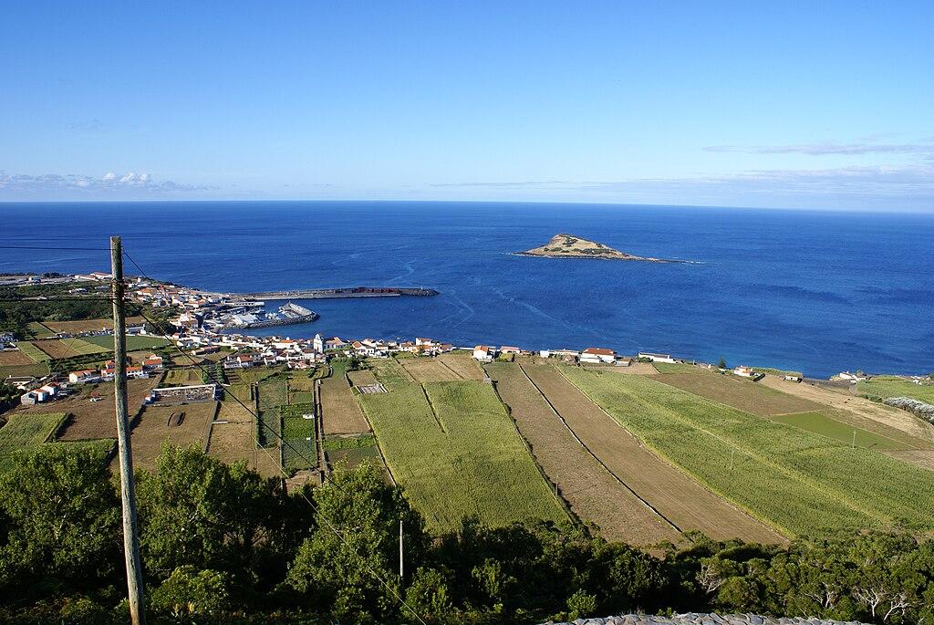 Vila da Praia da Graciosa, vista parcial, o ilhéu da Praia como Pano de Fundo