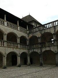 Vue cour chateau 01 clermont-en-genevois.jpg
