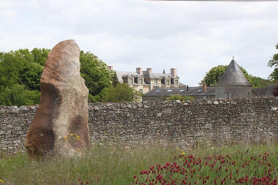 Menhir-polissoir, ère préhistorique, la Grouas; deuxième plan: château des Noyers; Fr-49-Martigné-Briand.