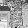 Westmuur Noorder-zijbeuk de naad met aan de linkerzijde pleister is de oude noordmuur van de westelijke uitbreiding - Batenburg - 20028349 - RCE.jpg