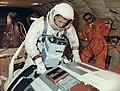 William Anders trenuje wyjście w kosmos S66-47857.jpg