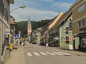 Zell im Wiesental - Image: Zell im Wiesental, straatzicht met katholische Stadtpfarrkirche foto 3 2013 07 26 13.00