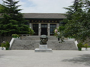 Zhoukoudian - Zhoukoudian Peking Man Site - the Museum. At the centre: Bust of reconstructed Peking Man.