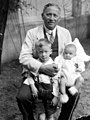 סבא איגנץ עם נכדיו- בני (בן שנה) וצבי (3) 1928 - iבאום-הירש-גומפרט 1i btm3292.jpeg
