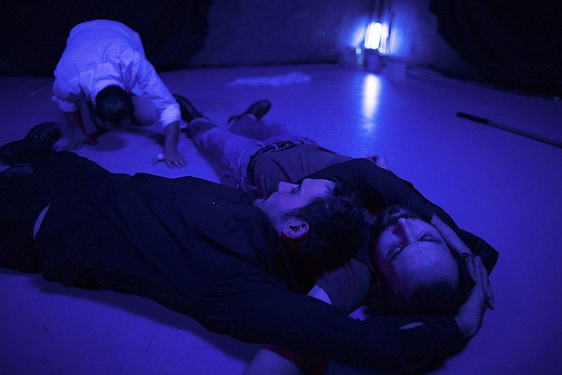 File:نمایش هملت در قم به کارگردانی علی علوی و گروه تئاتر گاراژ به روی صحنه رفت hamlet Garage Theater qom 21.jpg
