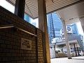 この場所での座り込み・飲食 寝泊りは禁止します。 新橋駅長 (5612814853).jpg