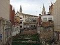 17 Restes de la muralla de Vilafranca del Penedès, c. General Prim, al fons Santa Maria.jpg