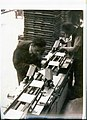 1945 Leo Morandi osserva gli sbavatori a lamette.jpg