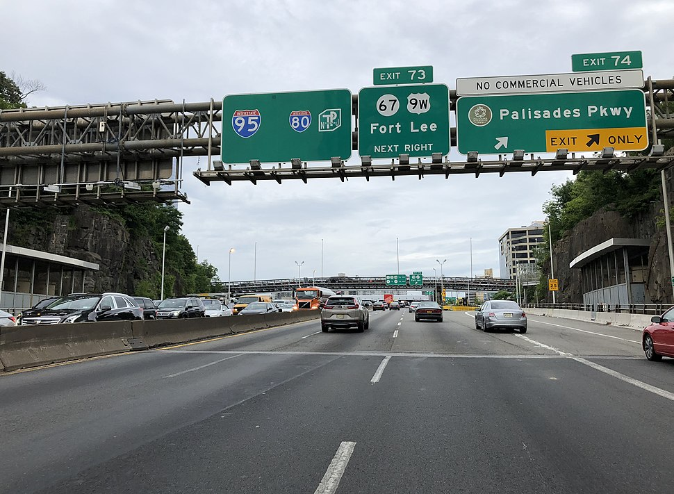 2018-07-21 17 34 49 View south along Interstate 95, U.S. Route 1, U.S. Route 9 and west along U.S. Route 46 (Bergen-Passaic Expressway) at Exit 74 (Palisades Parkway) in Fort Lee, Bergen County, New Jersey