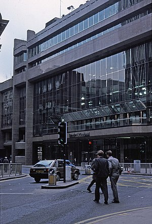 22 Bishopsgate - One of the two previous buildings on the site, pictured shortly after opening in 1986. 38 Bishopsgate, at the junction with Threadneedle Street, was once the headquarters of Standard Chartered.