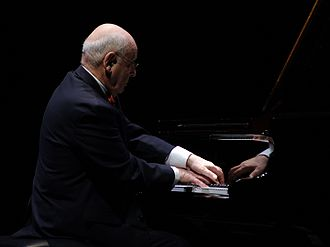 photo : Dominique Merlet joue au piano
