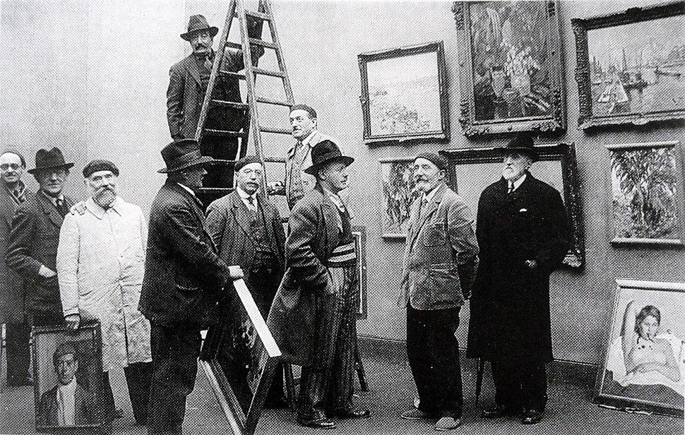A l'accrochage du Salon des Artistes Rouennais, Musée des Beaux-Arts de Rouen, Robert Antoine Pinchon (centre) 1934
