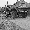 Aanleg en verbeteren van wegen, dijken en spaarbekken, landbouwwegen, zandaanvoe, Bestanddeelnr 161-0774.jpg