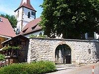 Aldingen-Ansicht von Südosten mit Kirche über Kirchhofmauer (mit ehemaligem Kammertor)-010608.jpg