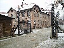 L'ingresso al campo di concentramento di Auschwitz in inverno.