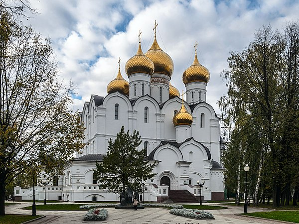 https://upload.wikimedia.org/wikipedia/commons/thumb/1/1a/Assumption_Cathedral_in_Yaroslavl_01.jpg/600px-Assumption_Cathedral_in_Yaroslavl_01.jpg