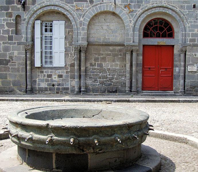 Villes et villages de charme du Cantal 690px-Aurillac_-_H%C3%B4pital_Saint-G%C3%A9raud_-1