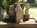 Beers (N.-Br.) beeldengroep op kerkhof.JPG